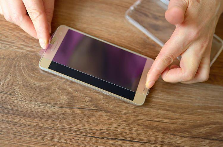 Quitar y reemplazar el protector de pantalla de vidrio de un teléfono