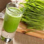 10 poderosos beneficios de consumir hierba de trigo a diario